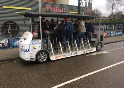 Amsterdam uitjes vrijgezellenfeest Amsterdam bierfiets beerbike pizzaboot pizza boat cruise amsterdam